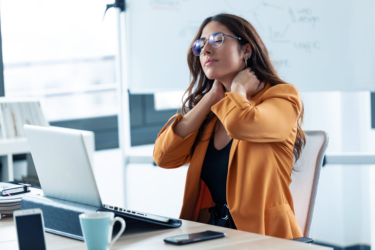 business-young-woman-with-neck-pain-working-with-l-VAM553D